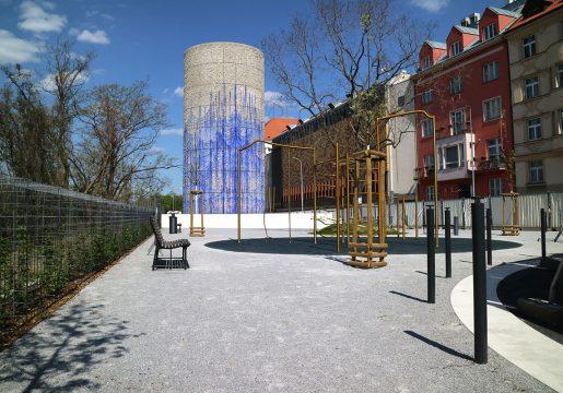 Výdech z komplexutunelu Blanka v ulici nad Královskou oborou.